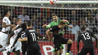 Plongeon du gardien portugais Rui Patricio lors du match amical Portugal/France le 4 septembre 2015