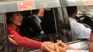 Aung San Suu Kyi saluant des partisans le jour d'élections partielles historiques en Birmanie (1er avril 2012)