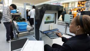 Contrôle de sécurité à l'aéroport de Roissy Charles de Gaulle, à Paris