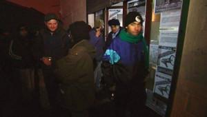 Migrants accueillis par des militants altermondialistes dans un hangar de Calais (6 février 2010)