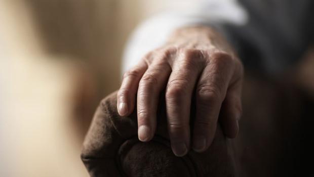Une main de personne âgée
