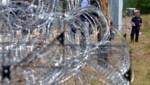 En Hongrie, l'armée a commencé lundi a érigé une clôture à la frontière serbe pour endiguer le flux de réfugiés.