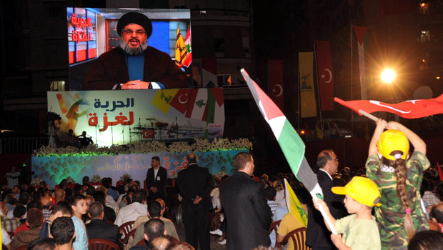 Le chef du Hezbollah, Hassan Nasrallah, s'adressant à ses partisans par un message vidéo (juin 2010)