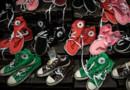 Des chaussures contrefaites exposées durant une conférence de presse à Hong Kong en août 2015.