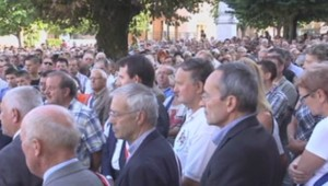 Marche blanche en hommage à Hugo, tué par un braqueur à Dolomieu, en Isère.