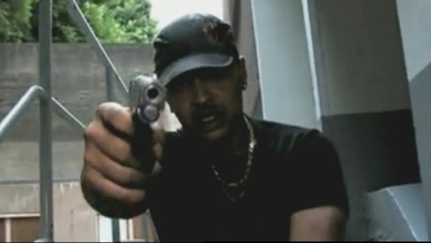 """Abdul X, dans le clip """"Tirez sur les keufs"""" mis en ligne sur le site You Tube"""