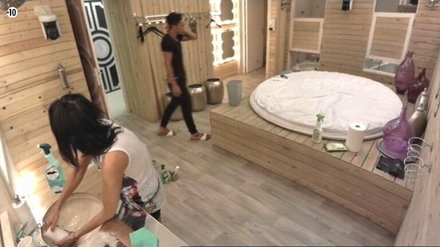 Nathalie et Vivian reviennent sur le secret de Julie. Le jeune homme est fasciné par la mémoire de son ancienne camarade.