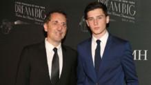 Gad Elmaleh et son fils Noé au New York Gala du lycée français le 9 février 2016.
