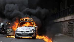 Une voiture de police incendiée lors d'une manifestation interdite visant à dénoncer les violences policières