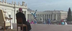 Des artistes du cirque ont fait des acrobaties devant le pape François à Rome