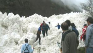 Opérations de déneigement à Gavarnie après une avalanche (20 avril 2008)
