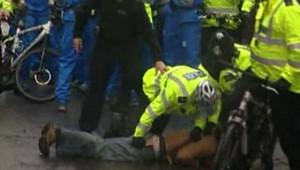 Arrestation d'un manifestant à Londres sur le parcours de la flamme Olympique, le 6 avril 2008