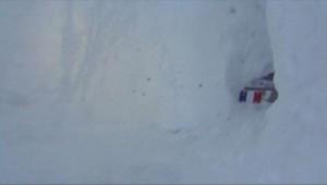 Bloqué chez lui par la neige, un Canadien creuse un tunnel jusqu'à sa voiture