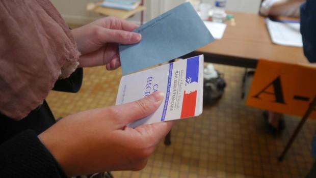 Dans un bureau de vote du XIIIe arrondissement de Paris.