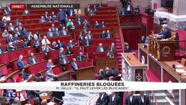 """Raffineries bloquées : """"Tout sera mis en œuvre pour assurer l'approvisionnement"""" assure Manuel Valls"""