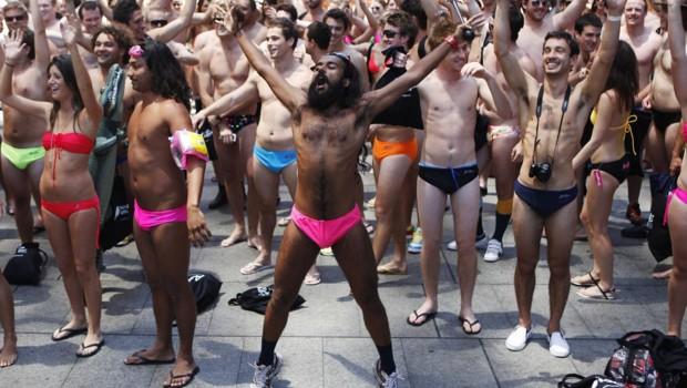 Foule à Sydney tentant de battre le record de la plus grande parade en maillot (D. Munoz / Reuters)