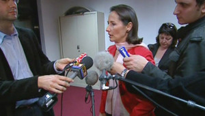 """Election présidentielle - TF1/LCI : Ségolène Royal rencontrant l'intersyndicale d'Airbus pour discuter du plan """"Power 8"""" (2 mars 2007)"""