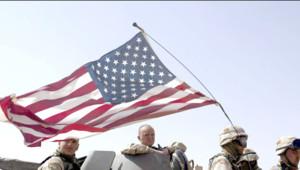 Soldats américains assis sous un drapeau des Etats-Unis