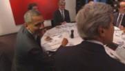 Le clin d'oeil de Barack Obama aux photographes avant son dîner officiel avec François Hollande, le 5 juin 2014 à Paris.