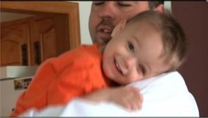 Le petit Avery dans les bras de son père