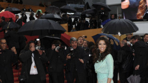Eva Longoria  sa monte des marches, au Festival de Cannes, le 18 mai 2013
