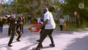 Shaqille O'Neal, légende du basket, donne un coup de main aux policiers de Floride