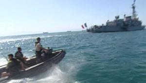"""Un Zodiac de la Marine Nationale près du porte-hélicoptères """"Jeanne d'Arc"""" au large de la Somalie (avril 2008)"""
