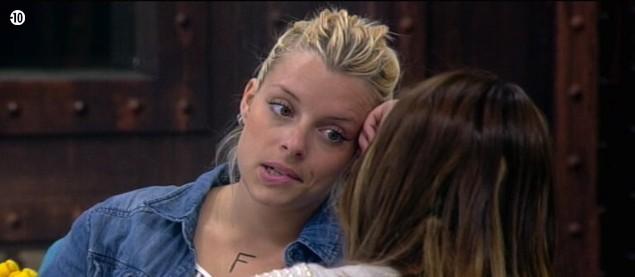 Alexia a délaissé Vincent pour parler avec Anaïs...