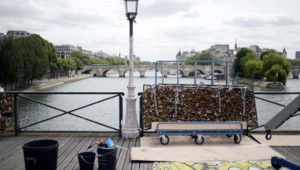 La mairie de Paris retire les cadenas d'amour du Pont des Arts le lundi 1er juin 2015