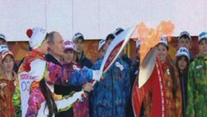 La flamme olympique allumée par Vladimir Poutine en personne le 6/10/2013.
