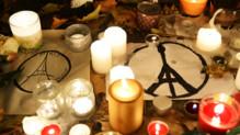 Les Parisiens se recueillent sur les lieux des tueries