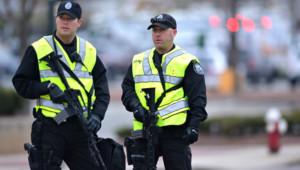 Deux officiers de police surveillent un périmètre bouclé dans le cadre de l'enquête des attentats de Boston survenus le 15 avril.