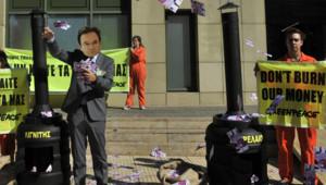"""Manifestant grec grimé à l'effigie de l'ancien ministre des Finances Georges Papaconstantinou, au coeur de la controverse sur la """"liste Lagarde"""" (28 juillet 2011)"""