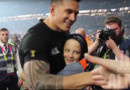 Sonny Bill Williams donne sa médialle de champion du monde à un gosse