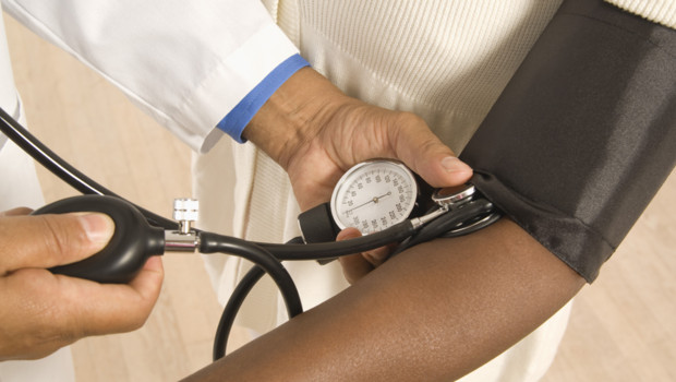 Un médecin ausculte un malade.