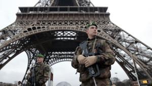 Un militaire devant la Tour Eiffel le 8 janvier 2015 alors que le plan vigipirate vient d'être porté à son niveau maximum