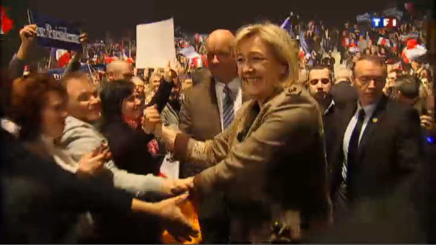 Marine Le Pen : 5 euros le meeting, le pin's offert
