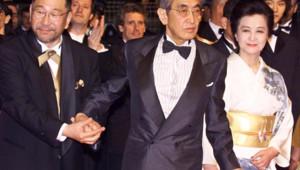 Le cinéaste japonais Nagisa Oshima (au centre) en mai 2000 à Cannes pour la présentation de Taboo