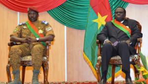 Le Premier ministre, le Lieutenant colonel Isaad Zida (à gauche), et le président par intérim du Burkina Faso, Michel Kafando) lors de leur intronisation à Ouagadougou en novembre 2014