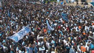 Supporteurs de l'OM célébrant leur équipe sur le Vieux Port (16 mai 2010)
