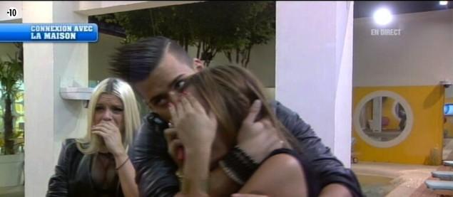 Vincent tente de consoler Anaïs, effondrée par le départ d'Eddy.