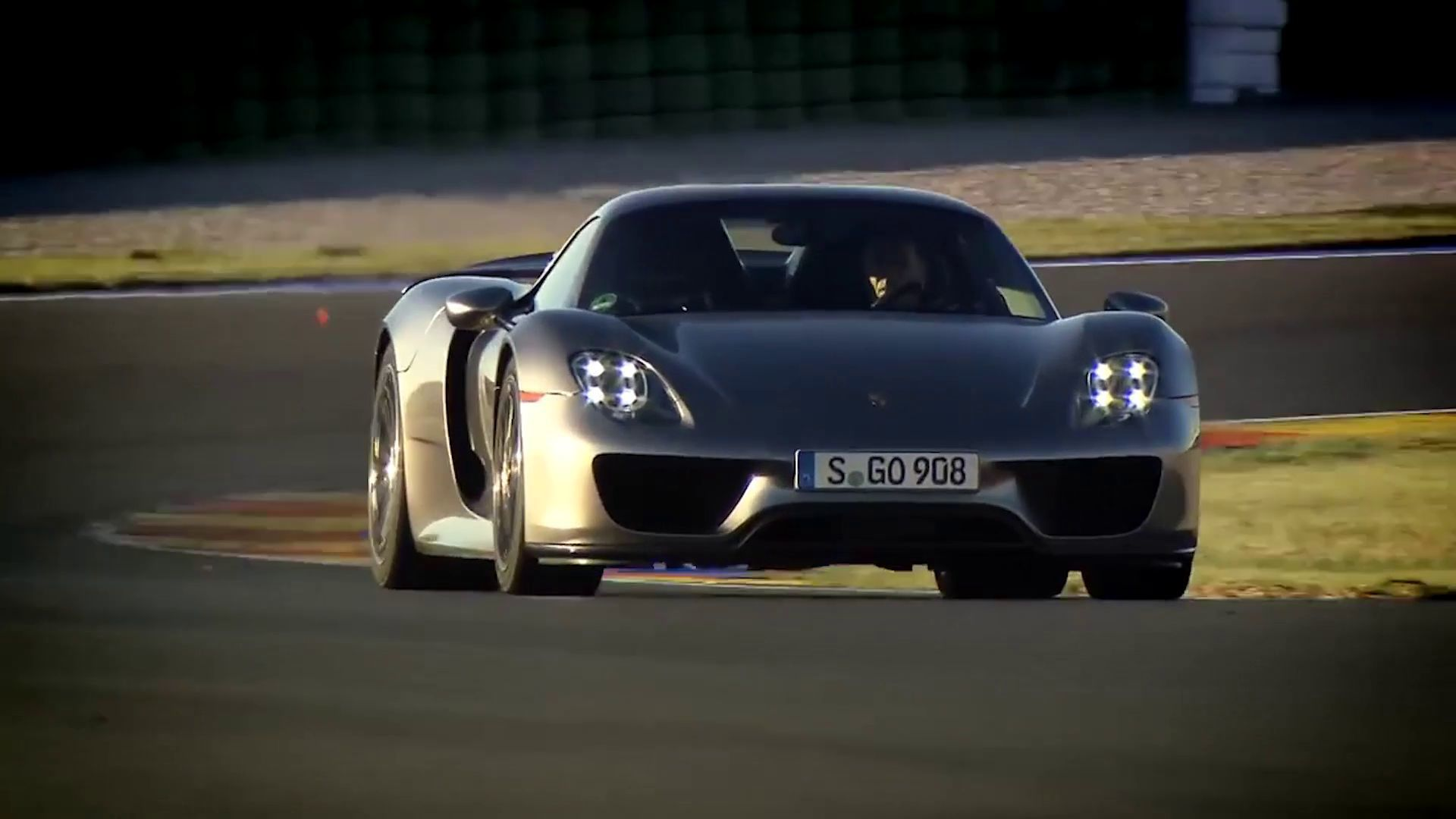 vid o automoto porsche 918 spyder 2013 en action sur le circuit de valenc. Black Bedroom Furniture Sets. Home Design Ideas