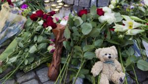 Hommage aux victimes d'Anders Behring Breivik devant la cathédrale d'Oslo, 23 juillet 2011