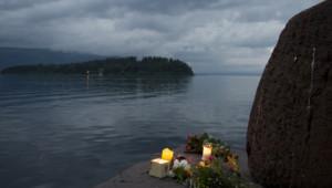 Hommage aux victimes d'Anders Behring Breivik sur l'île d'Utoeya au lendemain de ses massacres, 23 juillet 2011