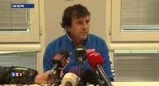 José Pasqualetti, l'entraîneur de Nîmes, essaie de protéger les joueurs