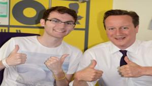 Stephen Sutton, jeune malade du cancer, pose avec le Premier ministre anglais, David Cameron