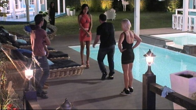 Le frère de Vivian rencontre les autres habitants, pendant que Nathalie reste en retrait.