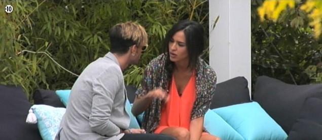 Leila confie à Sacha qu'elle est déstabilisée par le comportement de Steph. Elle ne sait plus sur quel pied danser avec lui.