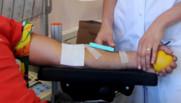 Un homme donne son sang