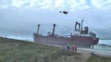 Tempête Joachim : un cargo s'échoue, le rivage breton (un peu) pollué